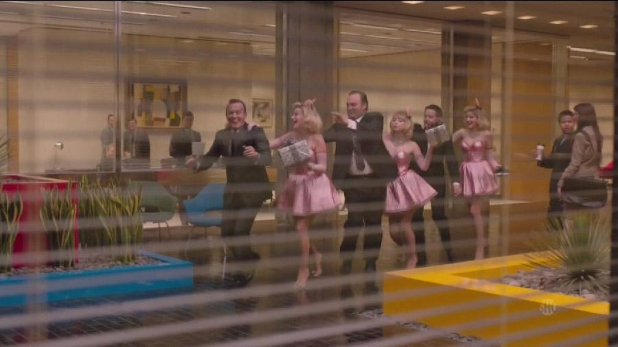Танець братів Мітчeмів. Як і багато інших сцен, ця показана крізь шпаринку, очима іншого персонажа, що підглядає її