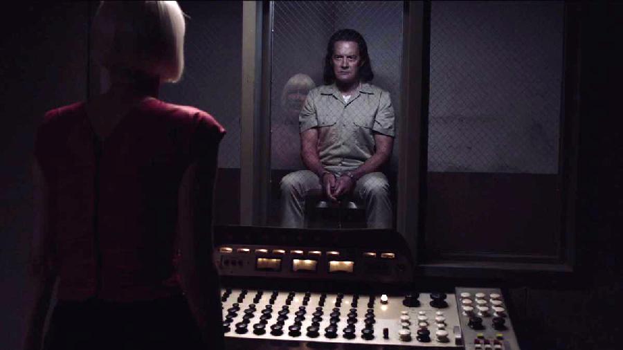 Мрачный доппельгенгер агента Купера ведёт себя очень непоследовательно. Например, известно, в конце сериала становится известно, что он — отец Ричарда, сына Одри Хорн. Но это никак и ни на что не влияет. Как и дорогая секретная коробка. И его путешествия, и методы действий заставляют сомневаться в наличии внятной цели.