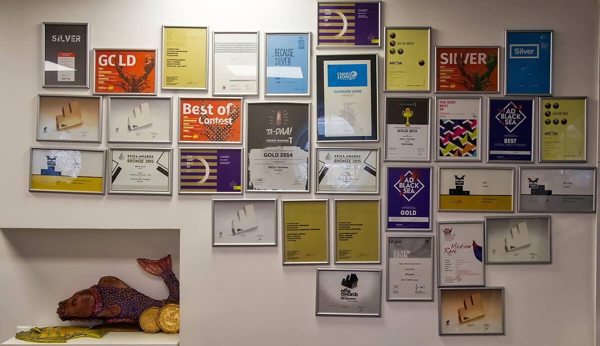 Дипломы в офисе BBDO