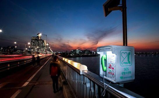 Экстренная телефонная будка на мосту Мапо. Фотография: Korean Daily